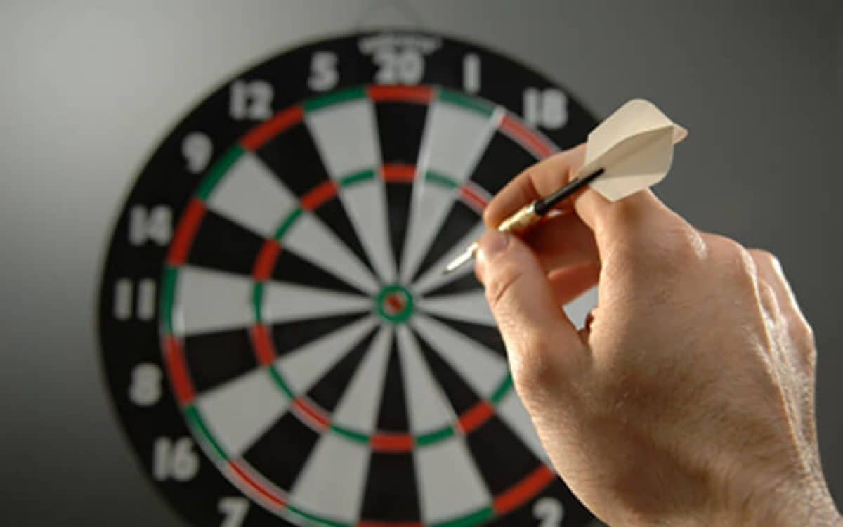how-to-throw-darts-1200x750